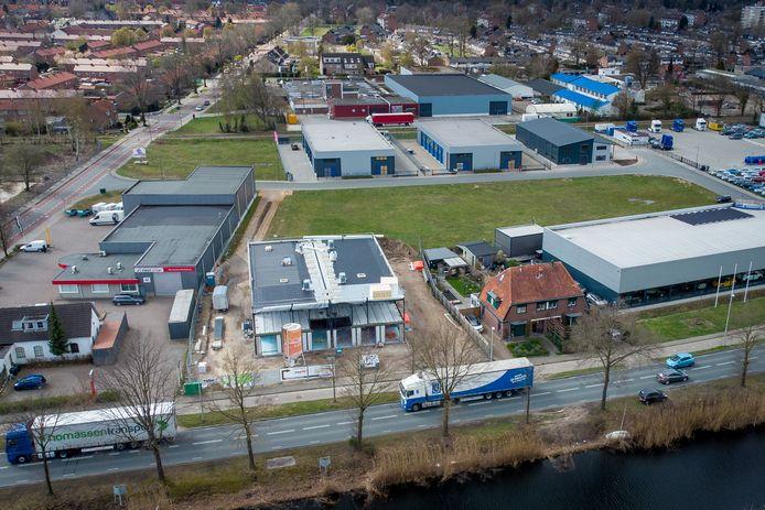 De vooroorlogse woning van Woudenberg aan de Kanaalweg tussen Classic Cars De Marke (rechts) en het bedrijfsgebouw voor ears4U en CRG in aanbouw. De opritten komen aan weerszijden van dit laatste gebouw.