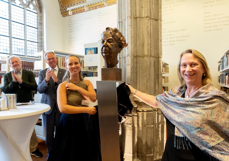 Kleindochter Laura Roosevelt en haar dochter Trudy onthulden in 2018 een buste van Eleanor Roosevelt in de Abdij in Middelburg.