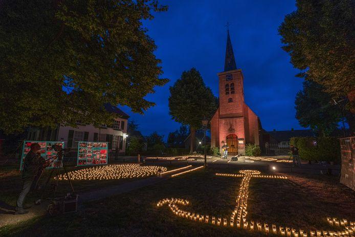 Kaarsen branden in de vorm van een hart en een anker voor dierbaren die geraakt zijn door kanker, als startsein voor Alpe d'HuZes special edition in Hemmen.