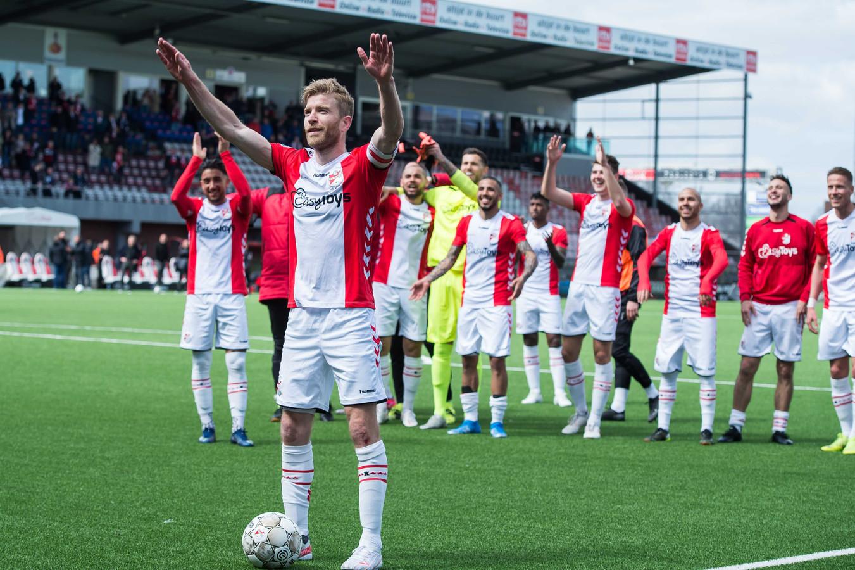 Michael de Leeuw geniet met de supporters na de overwinning op Heracles.