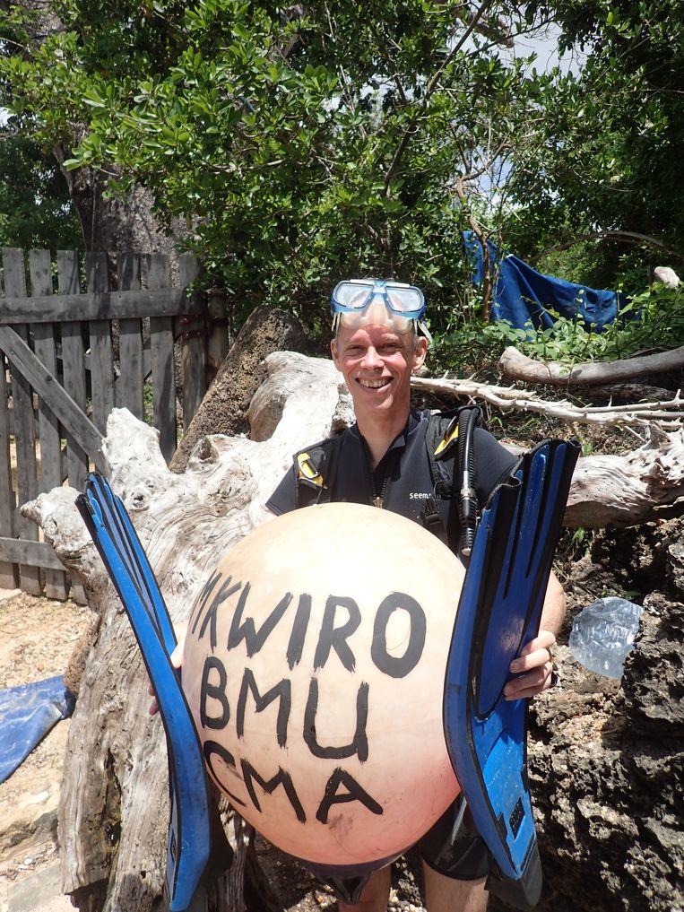 Wetenschapper Ronald Osinga in het Keniaanse Mkwiro, een eilandje boven Tanzania. Beeld Ronald Osinga