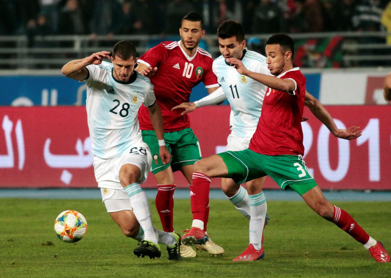 Mazraoui (rechts) in het shirt van Marokko.
