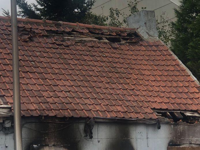 Het dak van de woning is volledig vernield