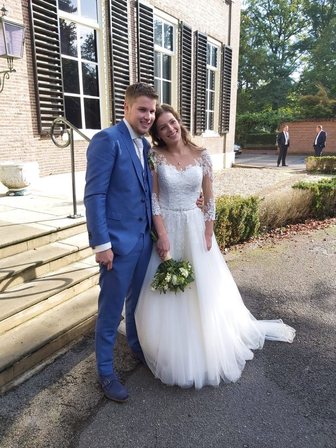 Eerder op de dag het stralende bruidspaar bij Kasteel de Oosterhof in Rijssen
