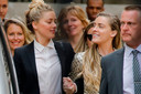 De Amerikaanse actrice Amber Heard (links) verlaat samen met haar zus Whitney de rechtbank in Londen.