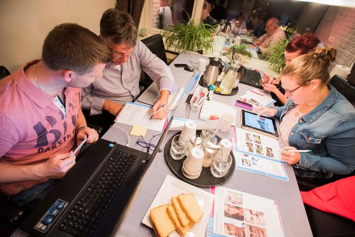 De Lookes, winnaars van Quispel 2013, in opperste concentratie bijeen.