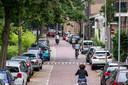 Parkeerdrukte in Klarendal langs de Sonsbeeksingel. De druk op het gebied is toegenomen sinds in het aangrezende Spijkerkwartier betaald parkeren is doorgevoerd.