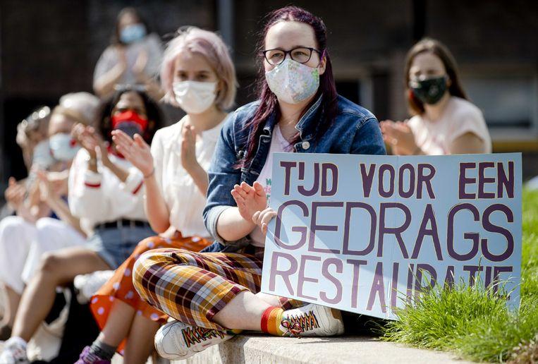 Studenten en docenten van de Universiteit van Amsterdam (UvA) tijdens een protest tegen seksueel wangedrag en beleid. De demonstranten eisen onder meer aftreden van het bestuur en een onderzoek naar seksueel overschrijdend gedrag. Beeld ANP