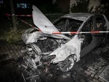 Metershoge vlammen bij autobrand in Elderveld: vermoedelijk opzet in het spel
