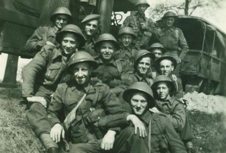 Belgische soldaten poseren voor een foto in Normandië. Beeld Kris Michiels