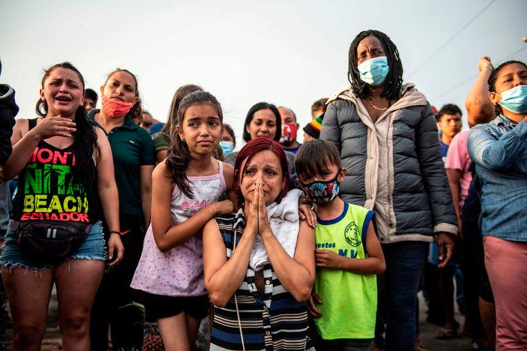 Passagiers van een lange-afstandbus in Peru die al vijf dagen vastzitten bij een wegblokkade, smeken de protesterende boeren om hen door te laten reizen. Met hun actie eisen boeren rond de plaats Ica hervormingen en meer loon. Langdurige wegblokkades komen in Zuid-Amerikaanse landen regelmatig voor. De actievoerders zijn vaak onvermurwbaar. Beeld AFP