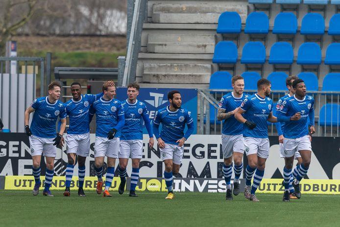 De spelers van FC Den Bosch vieren de 1-1 van Romano Postema afgelopen zaterdag in de verloren thuiswedstrijd tegen De Graafschap (2-3). De noodlijdende voetbalclub komt mogelijk in Amerikaanse handen.
