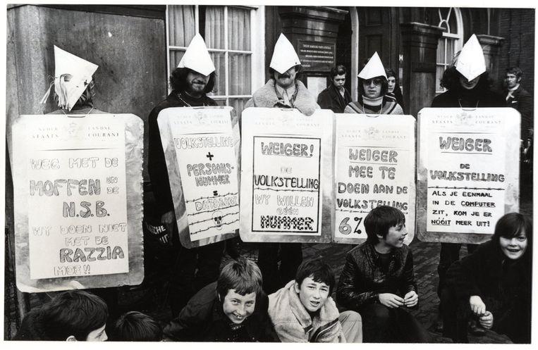 'Kabouters' demonstreren op het Binnenhof tijdens de interpellatie over de volkstelling in de Tweede Kamer, 1971. Beeld Hollandse Hoogte /  ANP