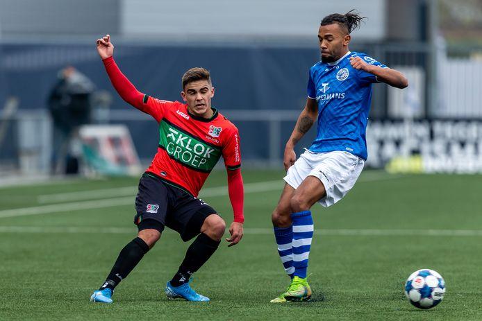 Bart van Rooij is Ryan Trotman te snel af in het heenduel tussen NEC en FC Den Bosch in De Vliert.