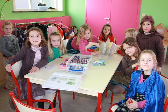 De kinderen in de gebouwen van de vroegere kleuterschool in de Zuidstraat.