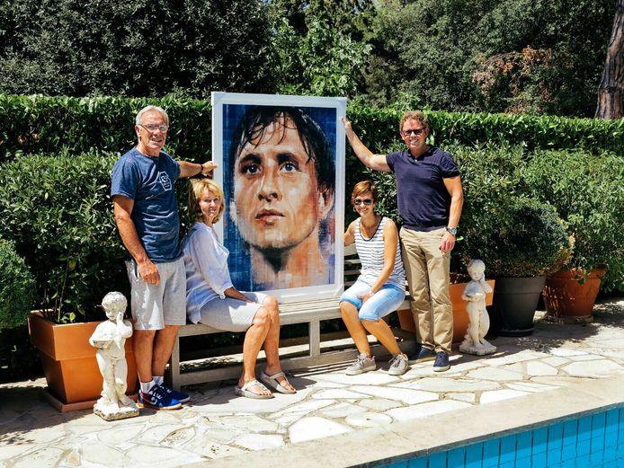 Het werk van Lorenzo de Bruin (rechts) in de tuin bij de familie Cruijff in Barcelona. Met goede vriend Rolf Grootenboer, Danny en Susila Cruijff (van links af).