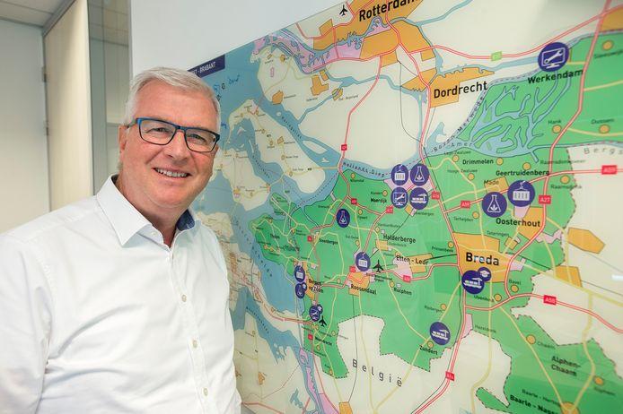 breda-foto : ron magielse rewin directeur henk rosman bij de kaart van west-brabant