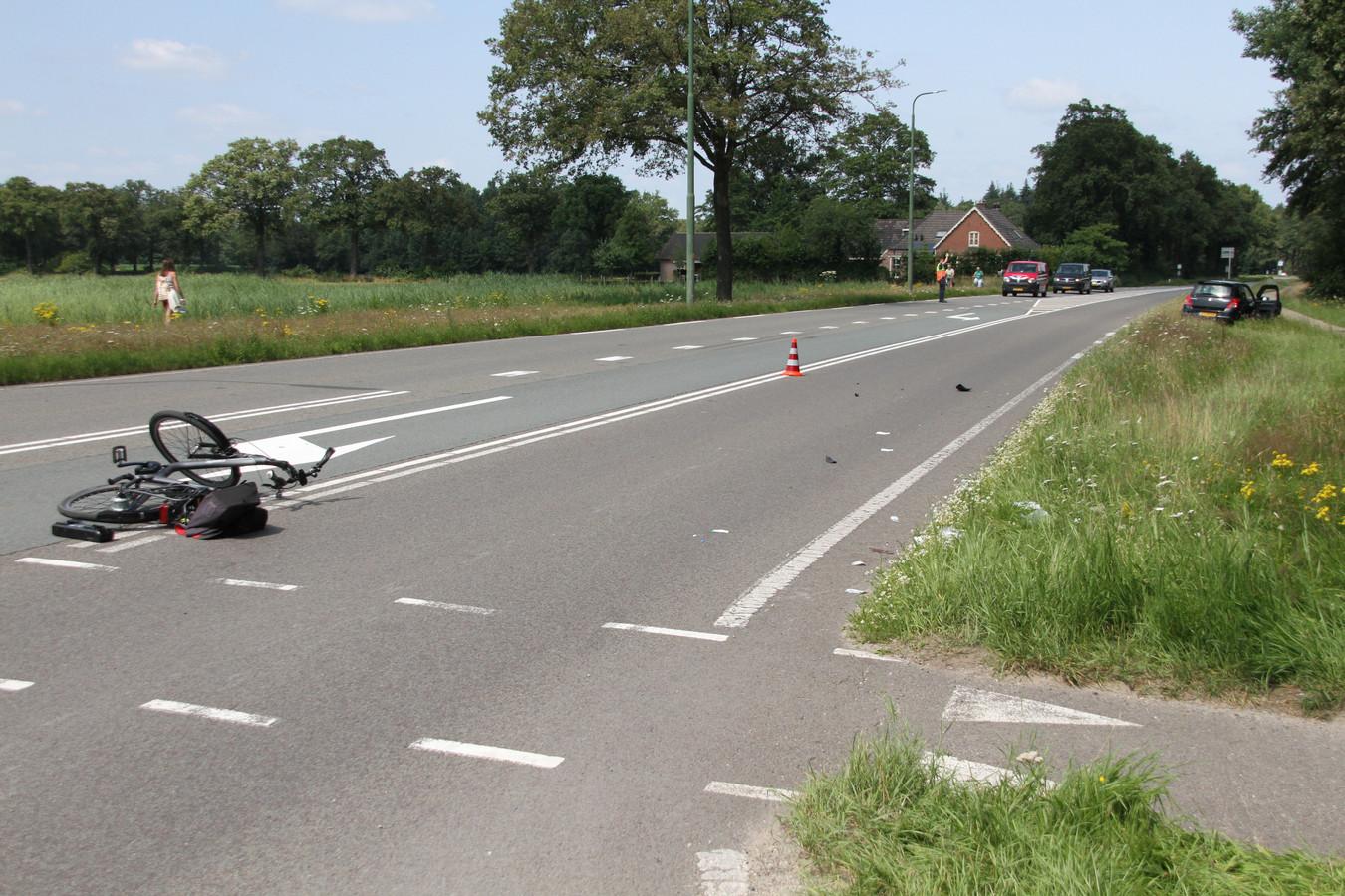 Na een aanrijding met een auto op de kruising Wechelerweg met de Raalterweg moest een fietser met onbekend letsel naar het ziekenhuis worden gebracht.