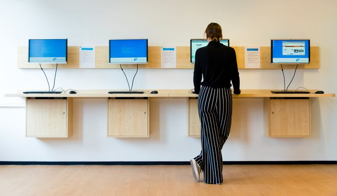 Een werkzoekende achter de computer bij het Werkplein van het UWV. ANP BART MAAT