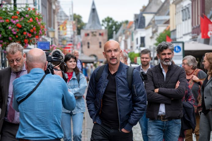 Professor Craig Martin van TU Delft wandelt met gedeputeerde Peter Drenth (links) door Elburg-Vesting.