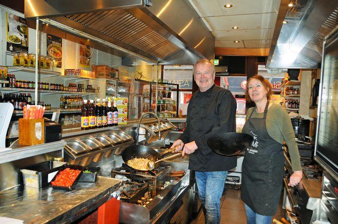 Jos Schroër en Alja Zundorf lopen warm in de Zierikzeese toko Same Same But Different. Vanaf donderdag 4 februari gaan ze los