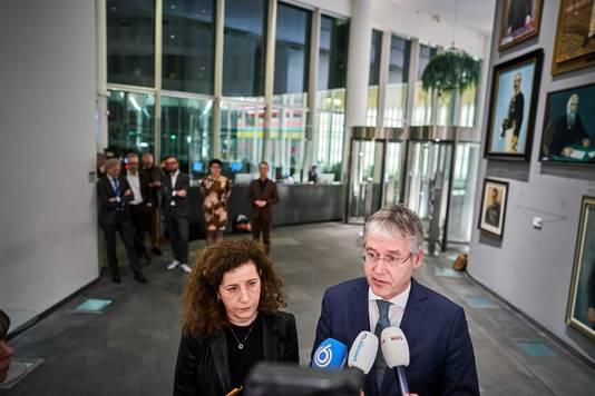 Onderwijsminister Ingrid van Engelshoven en Arie Slob staan vrijdagavond de pers te woord. Vertegenwoordigers van onderwijsorganisaties kijken toe
