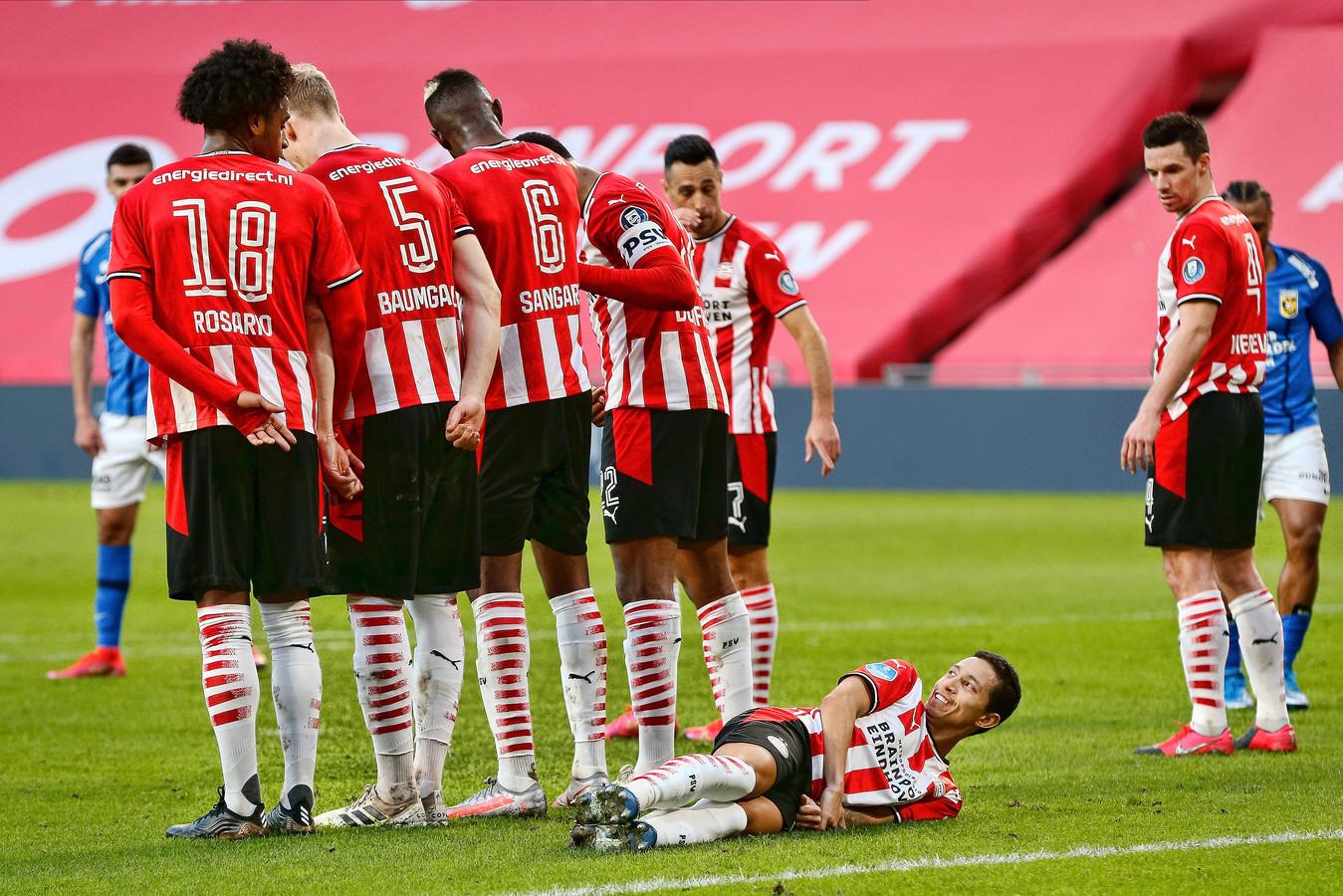 Mauro Junior achter het muurtje tijdens PSV - Vitesse.