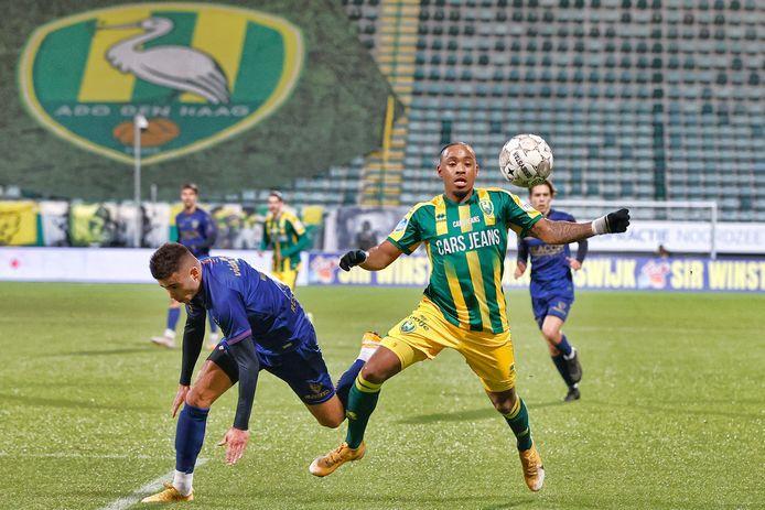 Juan Familia-Castillo in zijn eerste wedstrijd voor ADO Den Haag. Hier houdt hij VVV'er Tristan Dekker (ex-ADO) van de bal.
