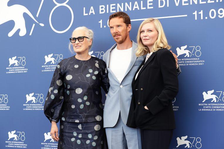 Vanaf links: regisseur Jane Campion, acteur Benedict Cumberbatch en actrice Kirsten Dunst in Venetië.  Beeld Getty Images