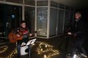 Sil Jansen van 12 is de jongste deelnemer aan de filmopnames voor de kerstshow 'Warme wensen uit Milheeze' die binnenkort in het dorp uitgezonden wordt als alternatief voor het afgelaste Warm Welkom-spektakel; Henk Goorts uit Deurne verzorgt de opnames.