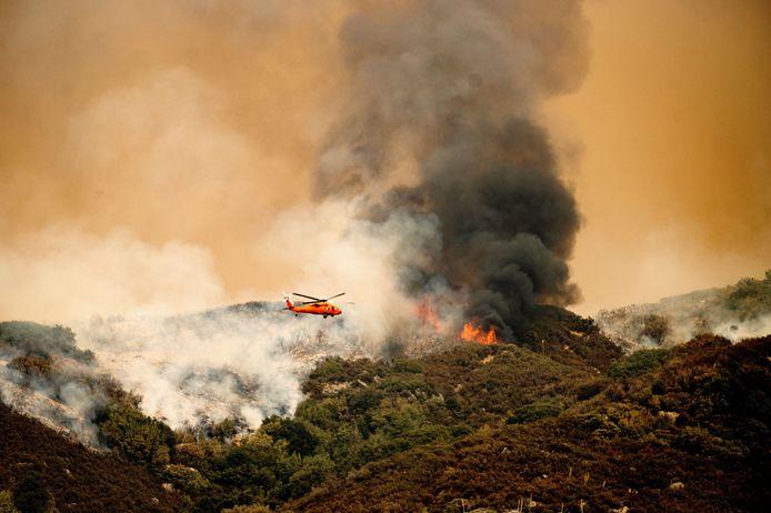 Een helikopter laat water vallen over het Sequoia National Park, in een poging de branden te blussen.