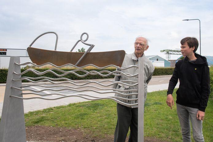 Voormalig Biesbosch-postbode Cees Schuller (L) en Jort Feber praten nog even na over het kunstwerk dat ze zojuist samen hebben onthuld.
