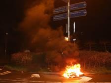 Onrustige avond in Waardenburg: autobanden in brand, ruit sneuvelt