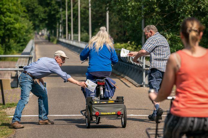 Flyeractie als ondersteuning van de petitie tegen het afgraven van een deel van de spoordijk in de Baardwijkse Overlaat tussen Waalwijk en Drunen. Links Henk van Gelder, rechts Anton van Tuijl.