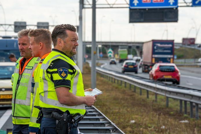 Twee mensen zijn donderdagmiddag rond 12.45 uur zwaargewond geraakt bij een ongeluk met meerdere voertuigen op de A2 ter hoogte van knooppunt De Hogt.