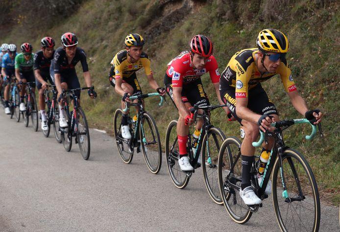 Primoz Roglic met zijn ploeggenoten tijdens de elfde etappe van de Vuelta.
