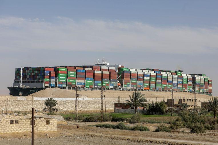 Het containerschip 'Ever Given' nadat het eindelijk losgetrokken was. Beeld REUTERS
