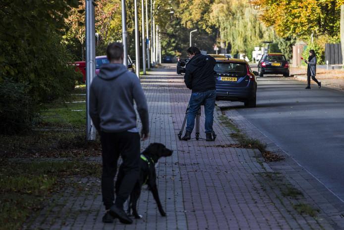 Een buurtbewoner loopt langs de plek aan de Losserstraat waar advocaat Philippe Schol werd neergeschoten.