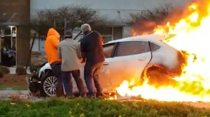 VIDEO. Omstaanders redden vrouw uit brandende wagen