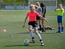 Vriendinnen maken tijdens een potje voetbal in Wierden