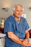 """Plastisch chirurg Bart Decoopman: """"Over enkele maanden zal Bo's gezicht er nog veel natuurlijker uitzien."""""""