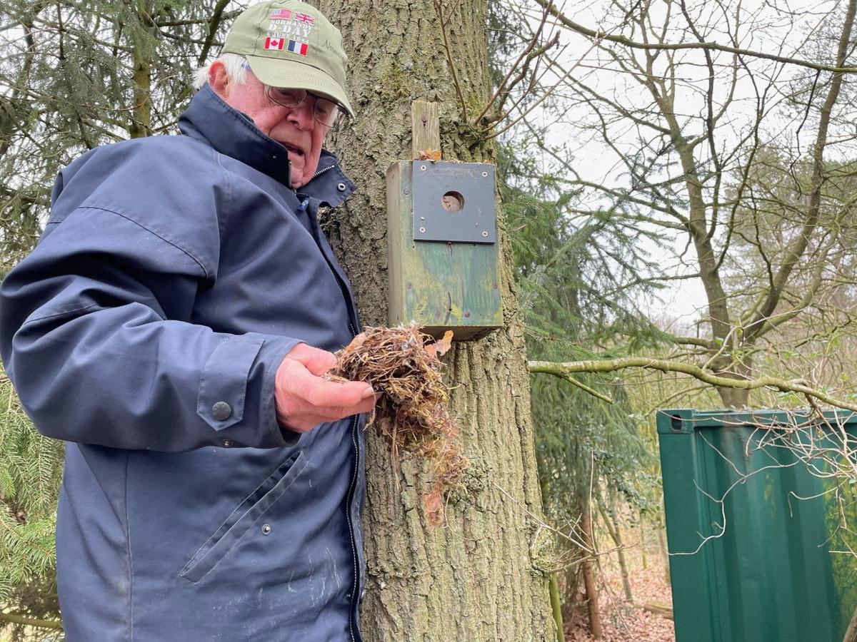 André van Drunen maakt een nestkastje schoon ter voorbereiding op het nieuwe broedseizoen.