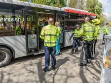 Bus maakt noodstop in centrum Breda: vrouw klapt tegen stoel en raakt gewond