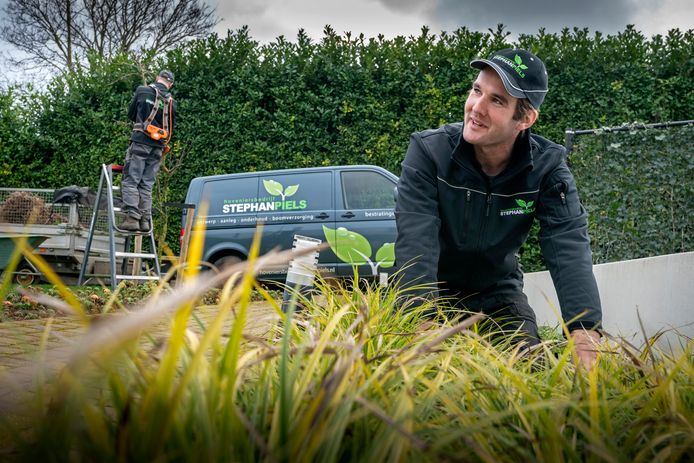 Hovenier Stephan Piels uit Hoenzadriel laat zich niet verleiden door te veel werk aan te nemen.