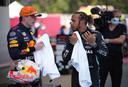 Max Verstappen en Lewis Hamilton met elkaar in gesprek.