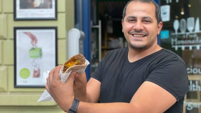 """Mohannad (39) deelt hele avond lang gratis falafel uit aan Overpoort: """"Flyers drukken kost me meer geld"""""""