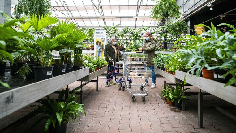Klanten in een tuincentrum. Beeld ANP