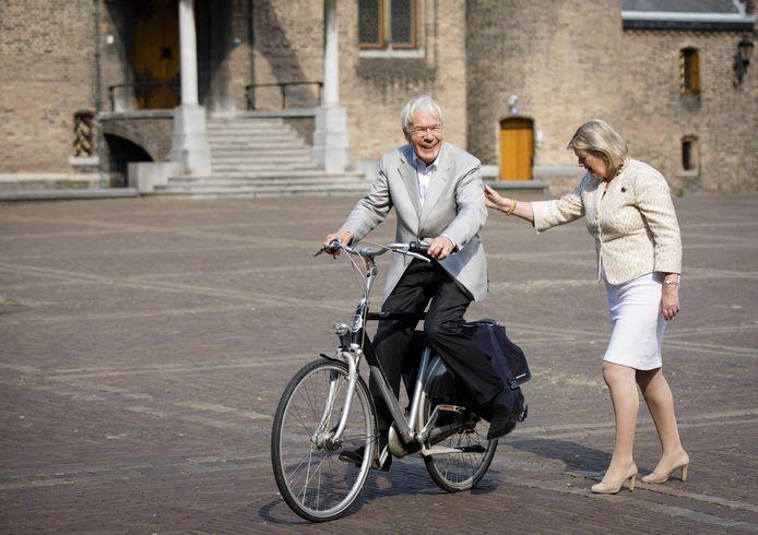 Informateur Herman Tjeenk Willink (L) maakt bij het verlaten van het Binnenhof tijdens de formatie in 2017 een praatje met Eerste Kamervoorzitter Ankie Broekers.