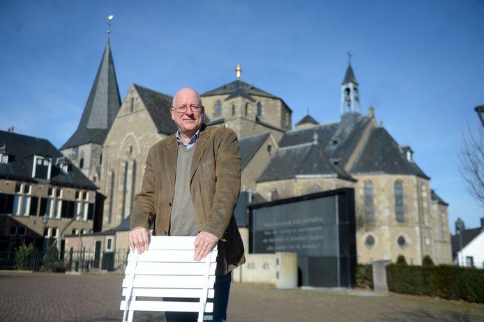 John Joosten met de Klapstoel voor de Nicolaaskerk in Denekamp.