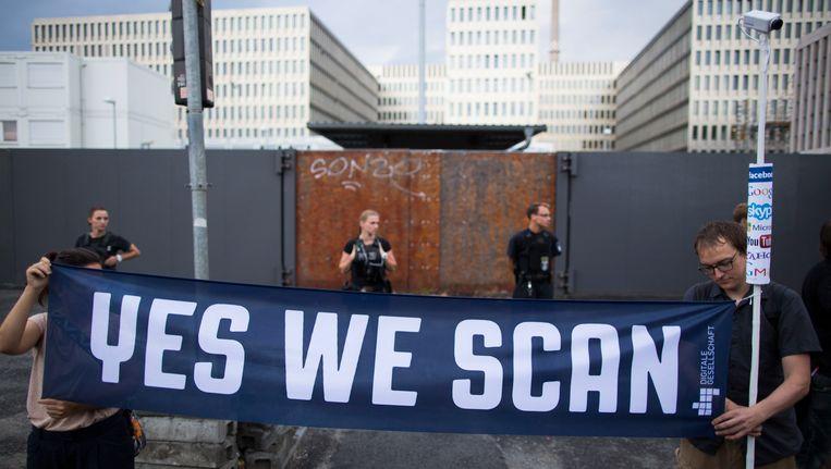 Demonstranten in Duitsland tijdens een betoging tegen de NSA en de Duitse geheime dienst BND. Beeld AP